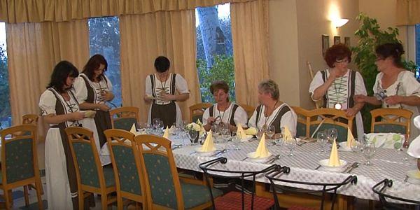 Bemutatkoztak a Siklósi Gasztró- és Borbarátnők egyesülete Harkányban