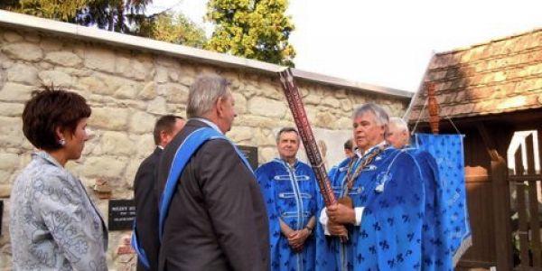 Lengyel borlovagokat avattak Miskolcon, a Magyar Szőlővirágzás ünnepén