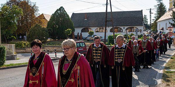 Külföldi vendégeket fogadott és új tagokat avatott a Kelet-Balatoni Borlovagrend